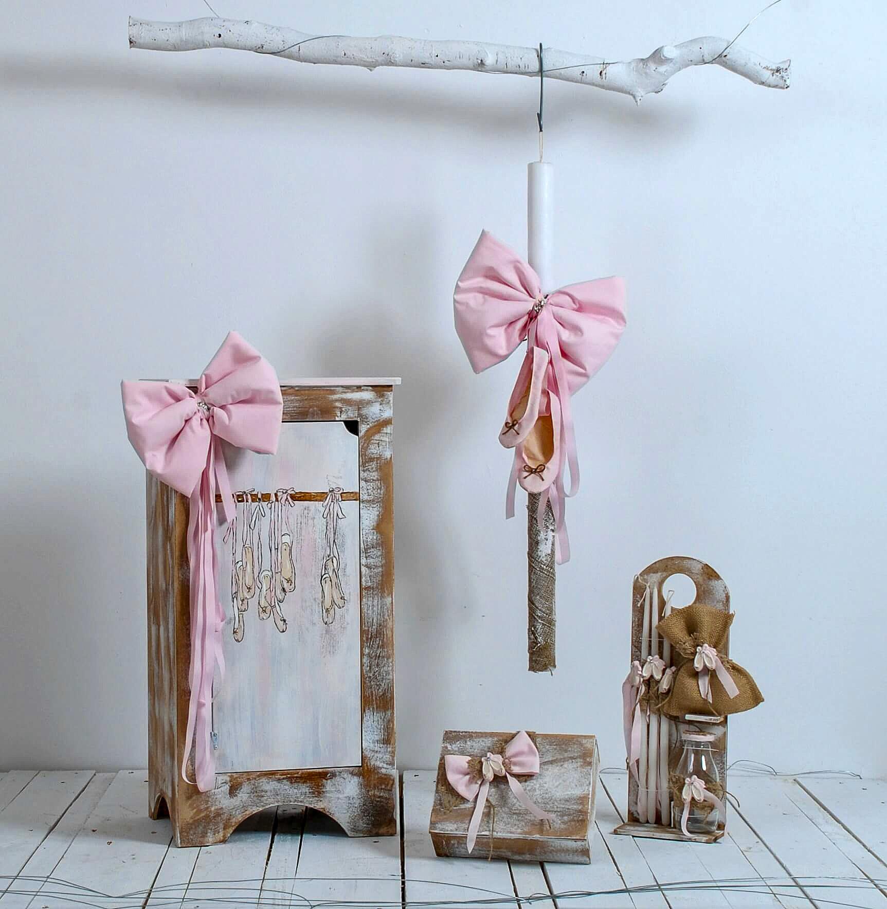 """Το χειροποίητο βαπτιστικό σετ """"Ballerina's shoes"""" είναι ένα πρωτότυπο και ρομαντικό σετ στο οποίο τον τόνο δίνουν τα """"Ballerina's shoes"""" ή απλά πουέντ. Το βαπτιστικό κουτί - κομοδίνο για τις μικρές μας μπαλαρίνες είναι διακοσμημένο εξωτερικά με ζωγραφιά που απεικονίζει τα παπούτσια χορού """"πουέντ"""". Το κουτί είναι ξύλινο και χειροποίητο και εσωτερικά περιέχει κρεμάστρα για το φόρεμα της αγαπημένης σας βαφτισιμιάς. Επιπλέον έχει υποστεί ειδική παλαίωση στη βαφή του και θα συντροφεύει την βαφτισιμιά σας για χρόνια στα παιχνίδια της μεγαλώνοντας."""