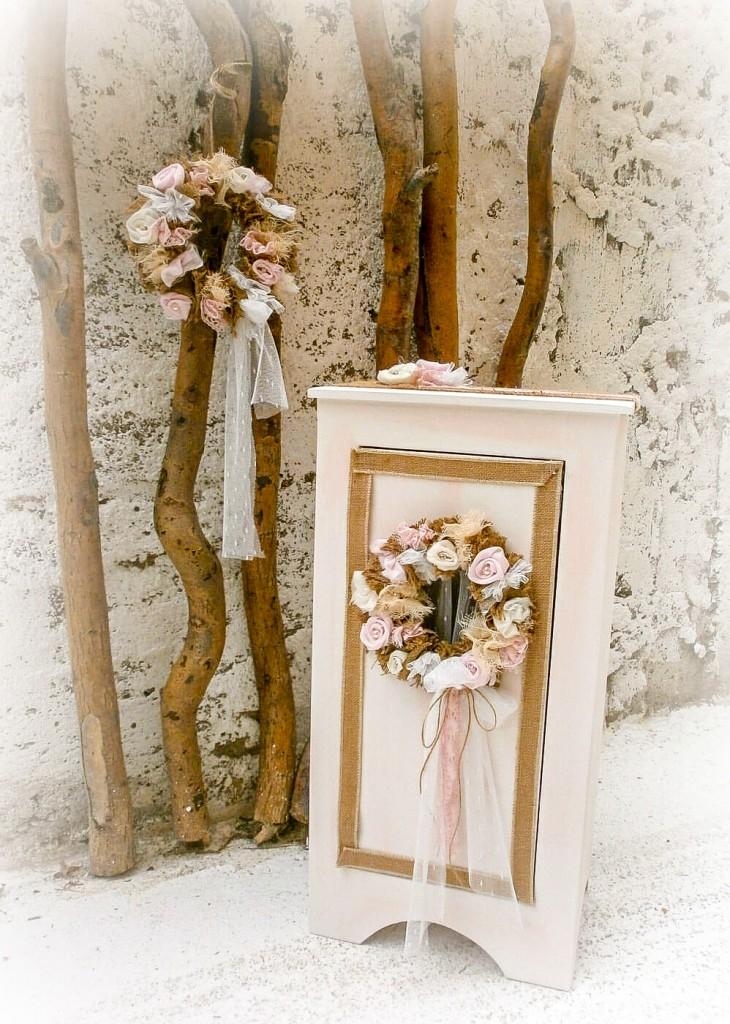 Βαπτιστικό σετ που αποτελείται από κουτί - κομοδίνο, χειροποίητο σε χρώμα κρεμ για τα βαπτιστικά ρούχα. Το κομοδίνο έχει ένα κεντρικά τοποθετημένο στεφάνι λουλουδιών με τούλι σε παστέλ αποχρώσεις. Το σετ Flower Comode συμπληρώνει η βαπτιστική λαμπάδα διακοσμημένη στο ίδιο στιλ με το υπόλοιπο σετ.