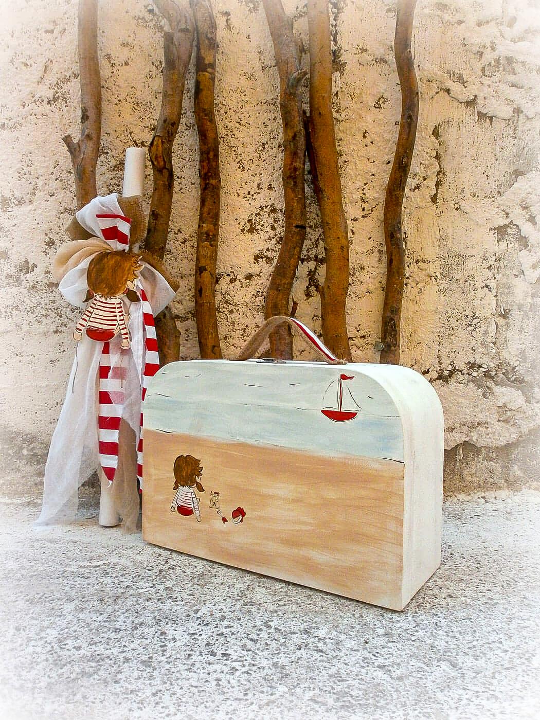 Χειροποίητο σετ βάπτισης Summer time by Elena Manakou αποτελούμενο από βαπτιστικό κουτί  - βαλίτσα ζωγραφισμένο στο χέρι σε σομόν, γκρι, γαλάζιο, κόκκινο και λευκό με λαμπάδα στο ίδιο χρώμα και διακόσμηση με το κουτί για τα ρούχα.