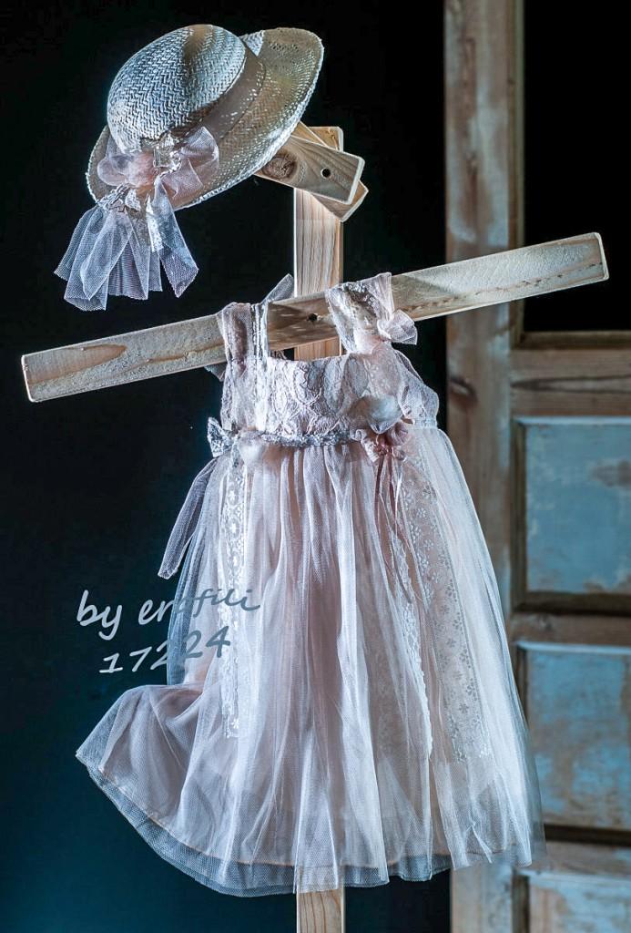 """Χειροποίητο βαφτιστικό φόρεμα 17224 από την σειρά """"girls collection spring summer 2017"""" του οίκου Ερωφίλη. Βαπτιστικό φόρεμα αέρινο σε ροζ παλ χρώμα από τούλι με λεπτά τιραντάκια, διακοσμημένο με μικρά χειροποίητα λουλουδάκια και δαντέλες. Συνδυάζεται με ψάθινο καπέλο με λεπτομέρειες από τούλι και χειροποίητα λουλούδια."""