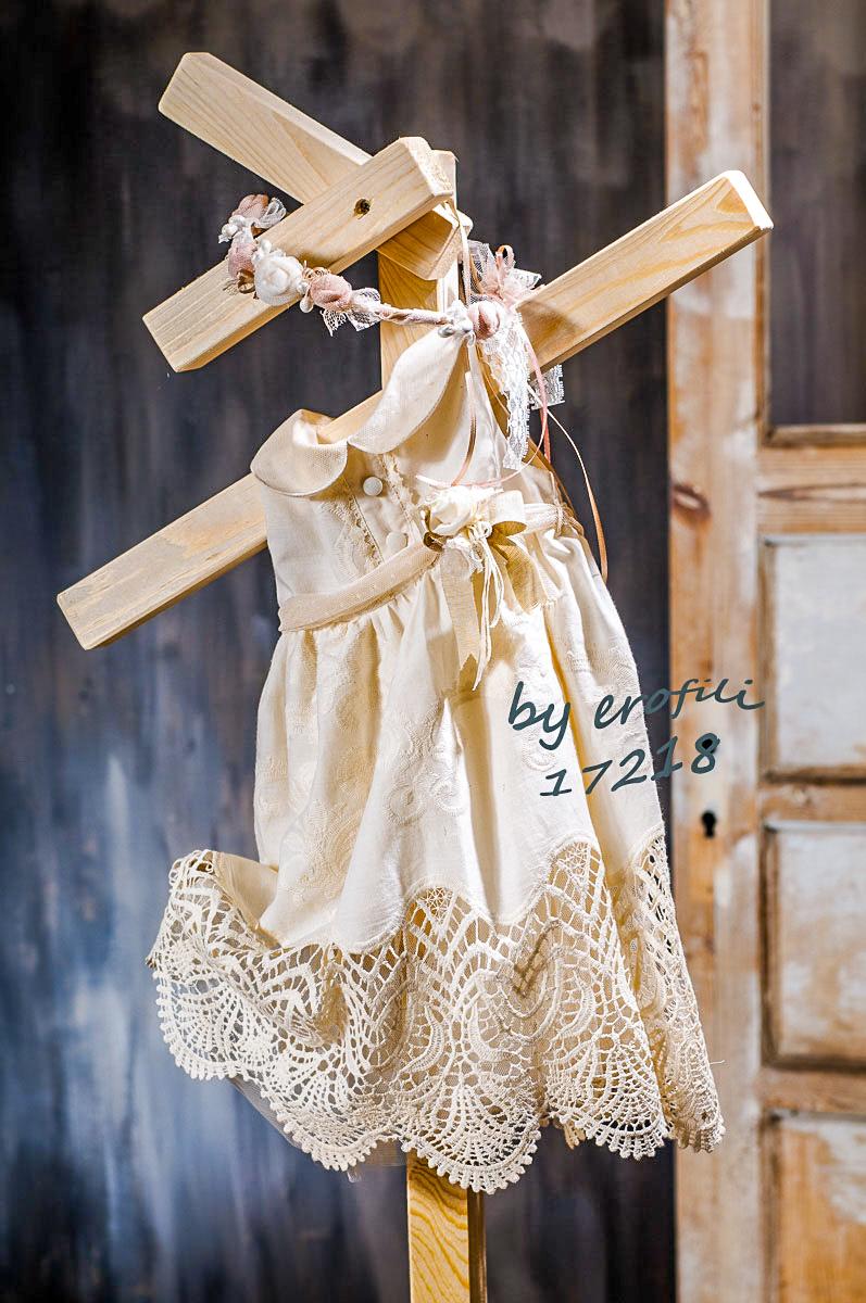 Χειροποίητο βαφτιστικό φόρεμα εκρού με γιακαδάκι και δαντελένιο τελείωμα διακοσμημένο με ζώνη και λουλούδι.