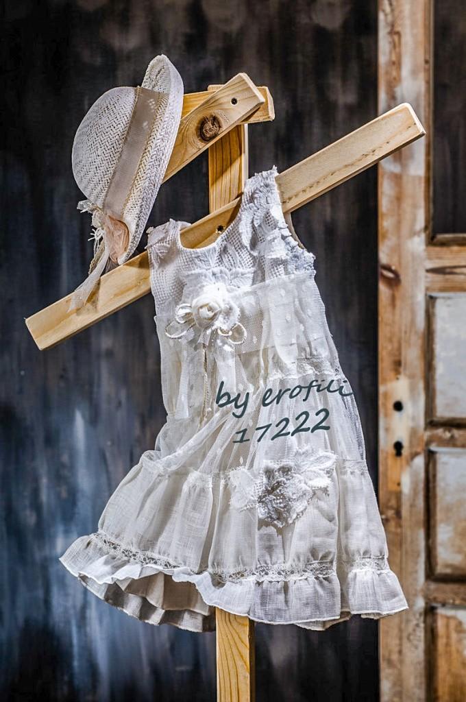 """Χειροποίητο βαφτιστικό φόρεμα 17222 από την σειρά """"girls collection spring summer 2017"""" του οίκου Ερωφίλη. Βαπτιστικό βαμβακερό φόρεμα με λεπτομέρειες από πουά τούλι και δαντέλας. Συνδυάζεται με ψάθινο καπελάκι"""