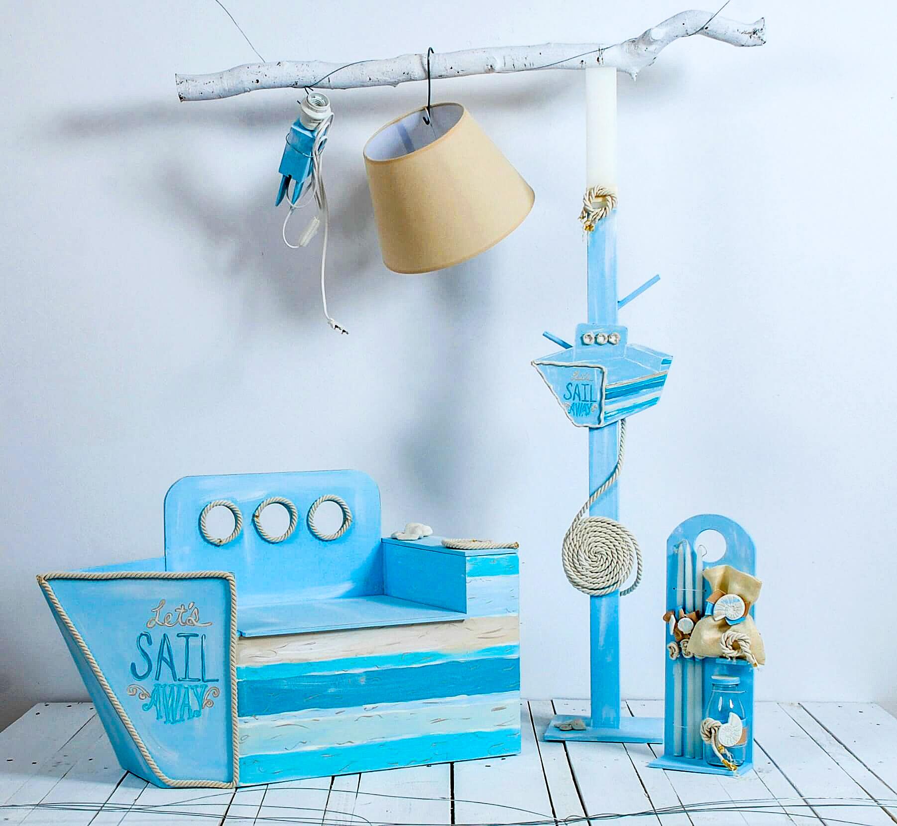 Χειροποίητο σετ βάπτισης για αγόρι Let's sail away αποτελούμενο από κουτί καθισματάκι σε σχήμα καραβιού, λαμπάδα καλόγερο και λαδοσετ. Όλο το σετ είναι σε αποχρώσεις του γαλάζιου και του κρέμ.