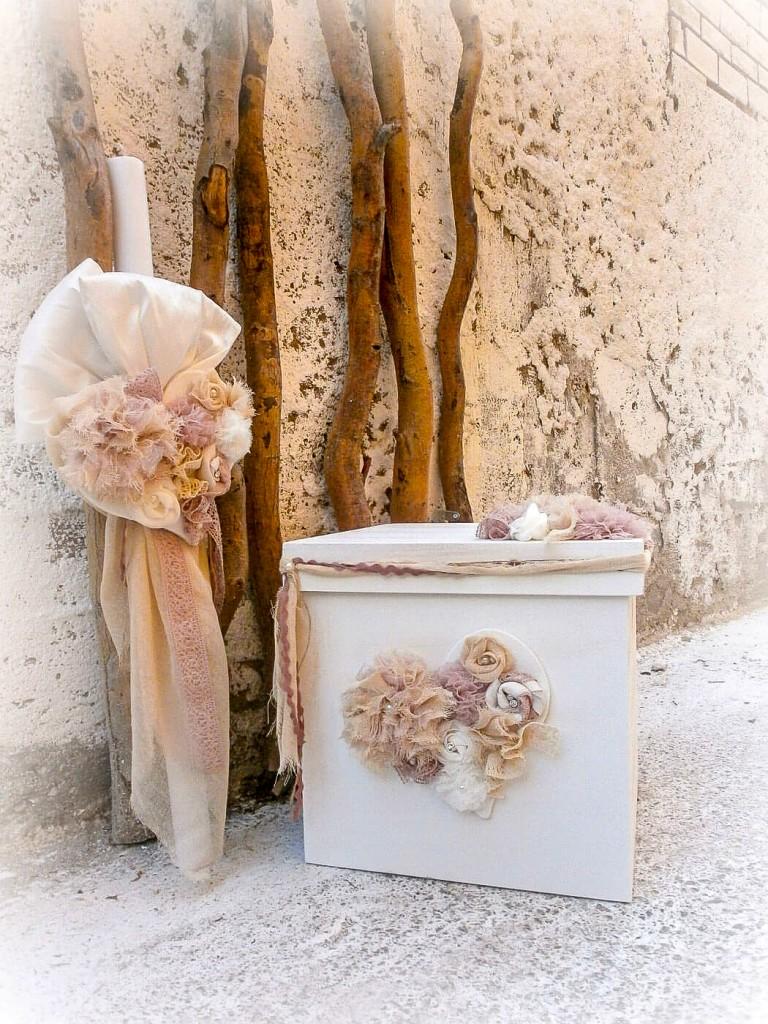 Το χειροποίητο σετ βάπτισης για κορίτσι  Vintage flower heart είναι μια κλασική και φινετσάτη πρόταση που εντυπωσιάζει με τα χρώματα και την απλότητα της. Το σετ αποτελείται από βαπτιστικό κουτί και λαμπάδα και είναι διακοσμημένο με μπουκέτο λουλουδιών σε σχήμα καρδιάς σε αποχρώσεις του σομόν και του ροζ.