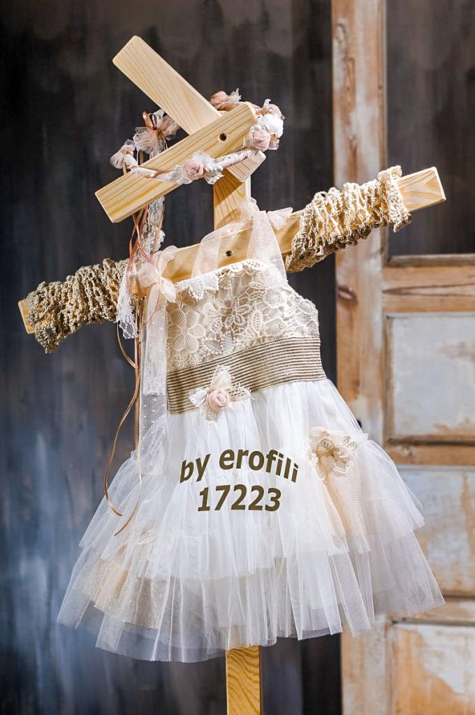 """Χειροποίητο βαφτιστικό φόρεμα 17223 από την σειρά """"girls collection spring summer 2017"""" του οίκου Ερωφίλη. Βαπτιστικό φόρεμα σε εκρού και μπεζ απόχρωση με ασύμμετρη τούλινη φούστα και μπούστο από βαμβακερή δαντέλα. Συνδυάζεται με πλεκτό μπολερό και στεφανάκι από χειροποίητα λουλουδάκια για τα μαλλιά."""