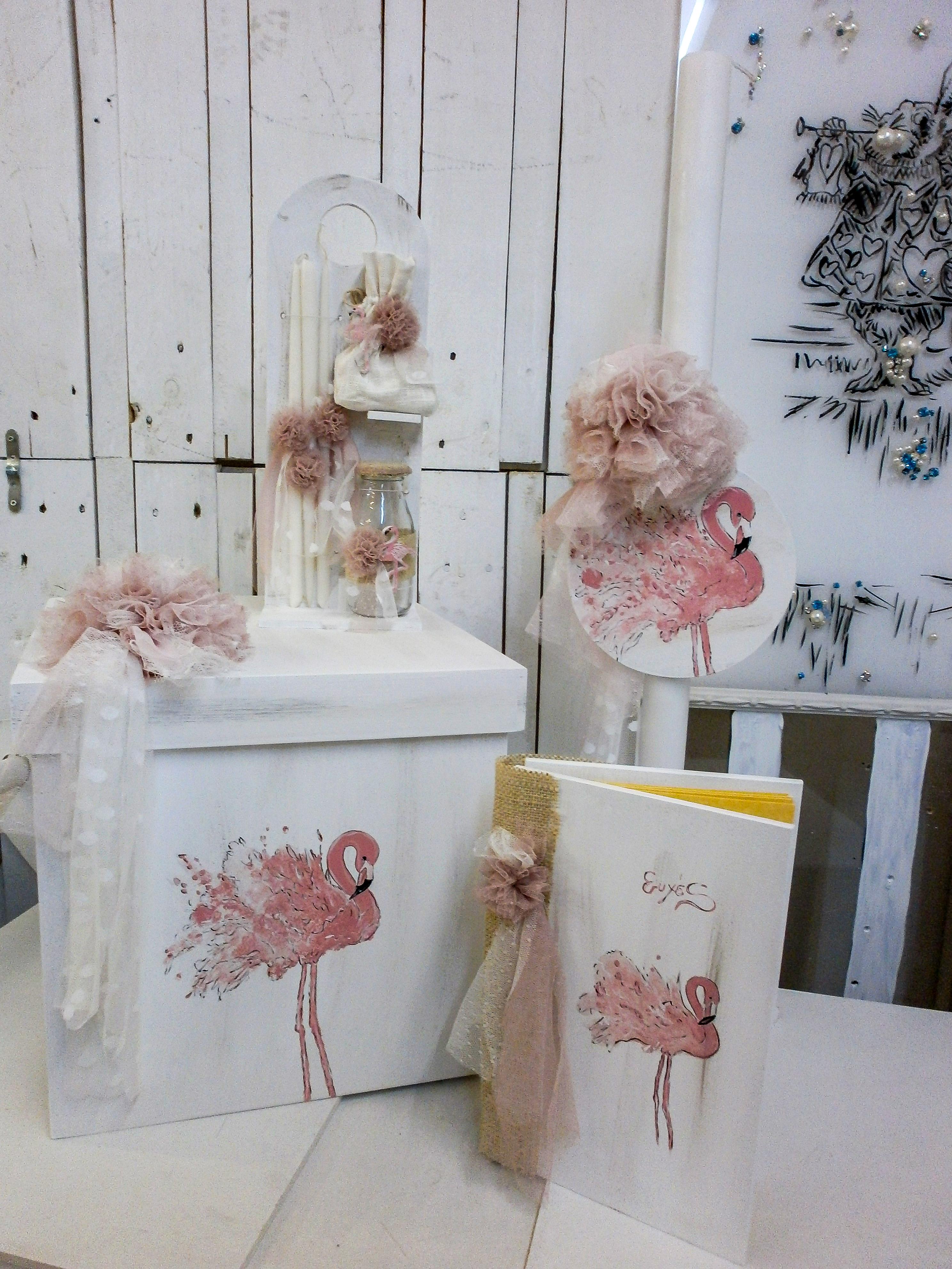 Βαπτιστικό σετ Flamingo αποτελούμενο από βαπτιστικό κουτί, βιβλίο ευχών, λαμπάδα και λαδοσετ.