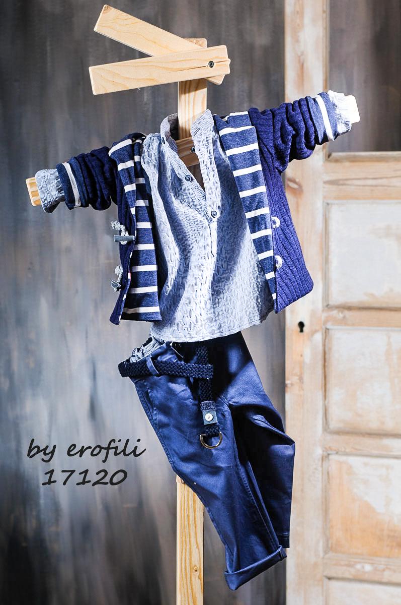 """Χειροποίητο βαφτιστικό σετ για αγόρι 17120 από την σειρά """"boys collection spring summer 2017"""" του οίκου Ερωφίλη. Βαπτιστικό κουστούμι για αγόρι αποτελούμενο από βαμβακερό μπλε navy παντελόνι διακοσμημένο με μπλε υφασμάτινη ζώνη, πουκαμίσα και ζακέτα επενδυμένη με ριγέ βαμβακερό ύφασμα. Το σετ περιλαμβάνει καβουράκι η τραγιάσκα στις ίδιες αποχρώσεις."""