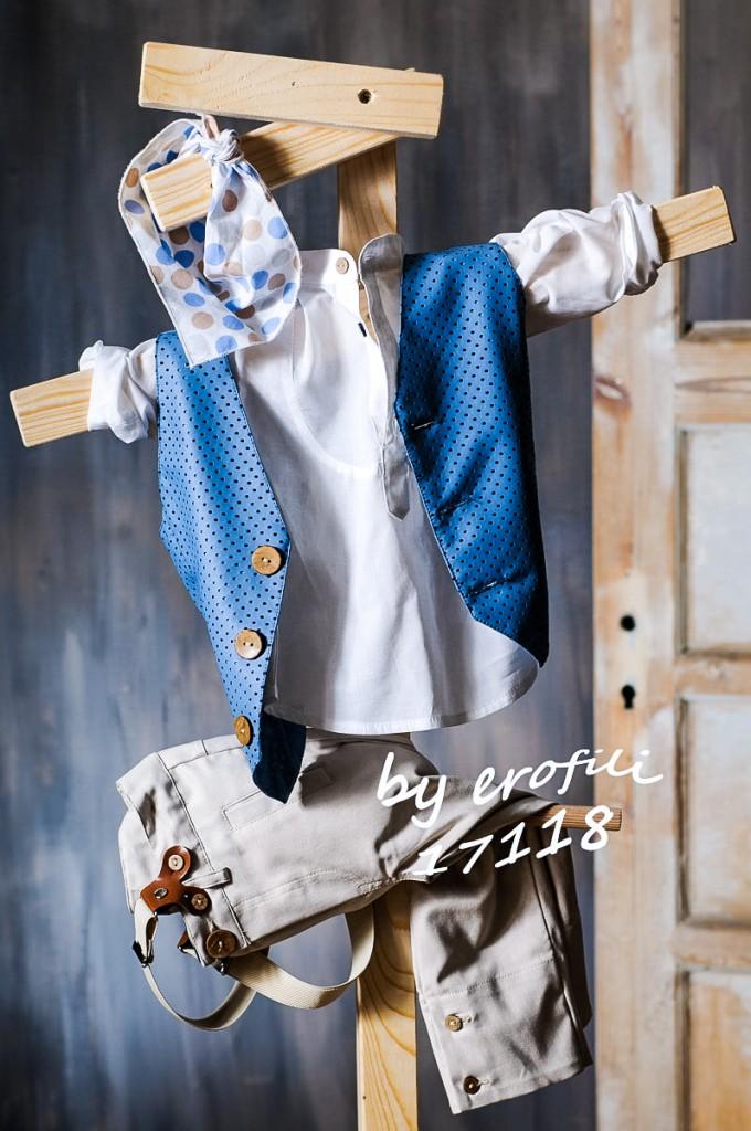 """Χειροποίητο βαφτιστικό σετ για αγόρι 17118 από την σειρά """"boys collection spring summer 2017"""" του οίκου Ερωφίλη. Σετ αποτελούμενο από παντελόνι βαμβακερό σε χρώμα μπεζ διακοσμημένο με τιράντες με δερμάτινη λεπτομέρεια και λευκή λινή πουκαμίσα και γιλέκο μπλε από δερματίνη με καφέ ξύλινα κουμπιά. Το σετ περιλαμβάνει και καβουράκι η τραγιάσκα στις ίδιες αποχρώσεις."""
