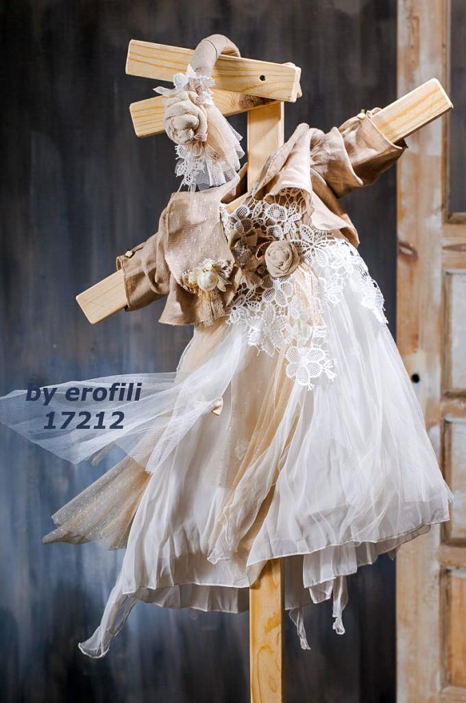 """Χειροποίητο βαφτιστικό φόρεμα 17212 από την σειρά """"girls collection spring summer 2017"""" του οίκου Ερωφίλη. Βαπτιστικό αέρινο φόρεμα σε εκρού και μπεζ χρώμα με μπούστο από δαντέλα και χειροποίητο λουλούδι. Συνδυάζεται με κορδέλα για τα μαλλιά και με μπολερό."""
