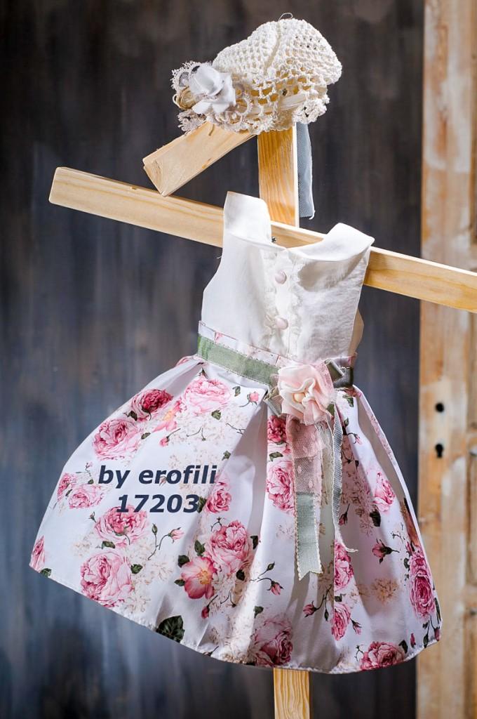 """Χειροποίητο βαφτιστικό φόρεμα 17203 από την σειρά """"girls collection spring summer 2017"""" του οίκου Ερωφίλη. Βαπτιστικό φόρεμα τύπου """"floral"""" με λευκό μπούστο με γιακαδάκι και φούστα φλοράλ με μεγάλα τριαντάφυλλα, διακοσμημένο με ζώνη σε χακί χρώμα και λουλούδι. Συνδυάζεται με πλεκτό σκουφάκι για τα μαλλιά."""