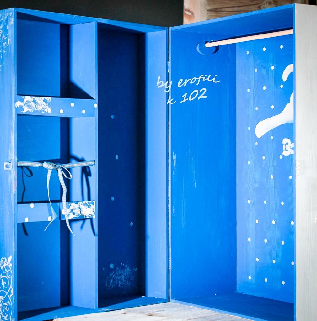 Βαπτιστική κουτί ντουλάπα για αγόρι 102 by erofili.  Χειροποίητο κουτί ντουλάπα όλο ζωγραφιστό στο χέρι σε χρώμα μπλε έντονο και γκρι με θέμα carousel, με θήκες εσωτερικά για το ρούχο και τα αξεσουάρ της βάπτισης. Συνδυάζεται με την αντίστοιχη λαμπάδα καθώς και το λαδοσετ. Στο κατάστημα μας θα βρείτε μεγάλη συλλογή από βαφτιστικά υψηλής ποιότητας και αισθητικής, κουτιά, ρούχα, λαδοσετ, μαρτυρικά, ευχολόγια, λαμπάδες μπομπονιέρες και ότι άλλο μπορεί να χρειαστείτε για την βάφτιση.