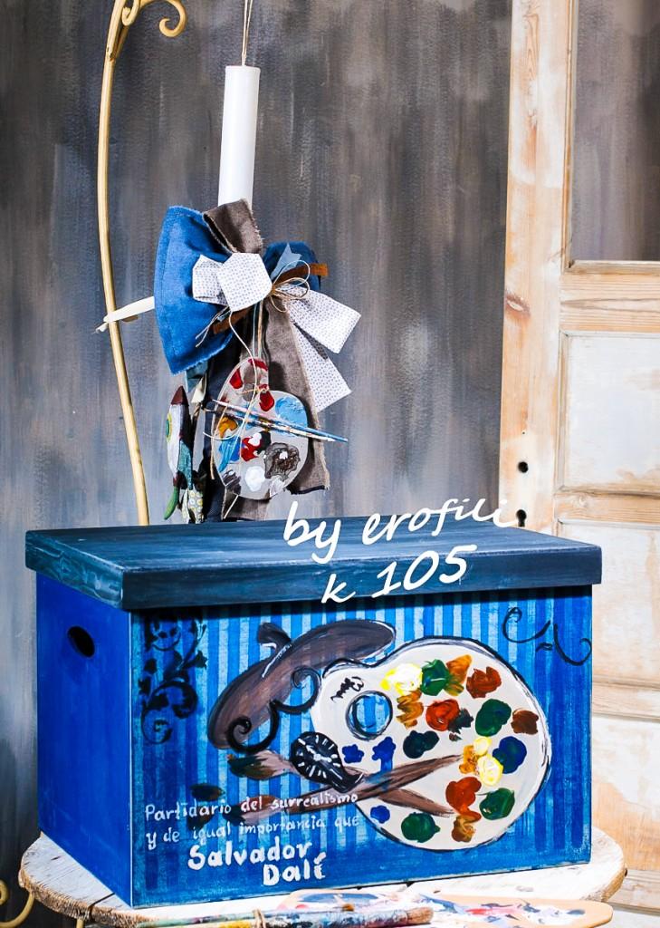 Χειροποίητο ξύλινο κουτί βάπτισης σε έντονο μπλε χρώμα με θέμα Salvador Dali. Συνδυάζεται με την αντίστοιχη λαμπάδα διακοσμημένη με ανάλογα υφάσματα στα χρώματα καi στο θέμα του κουτιού.