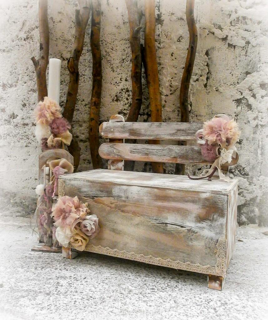 """Χειροποίητο σετ βάπτισης για κορίτσι Pom poms Bench. Το σετ αποτελείται από βαπτιστικό κουτί """"ξύλινο παγκάκι"""" σε γήινα χρώματα, παλαιωμένο, λαμπάδα και λαδοσετ όλα διακοσμημένα στο ίδιο ύφος και χρώμα."""