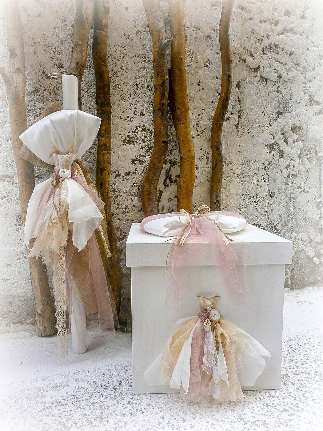 Χειροποίητο σετ βάπτισης Vintage dress που αποτελείται από βαπτιστικό κουτί και λαμπάδα που είναι διακοσμημένα με δαντελωτό φόρεμα εποχής σε ροζ κουφετί και σομόν.