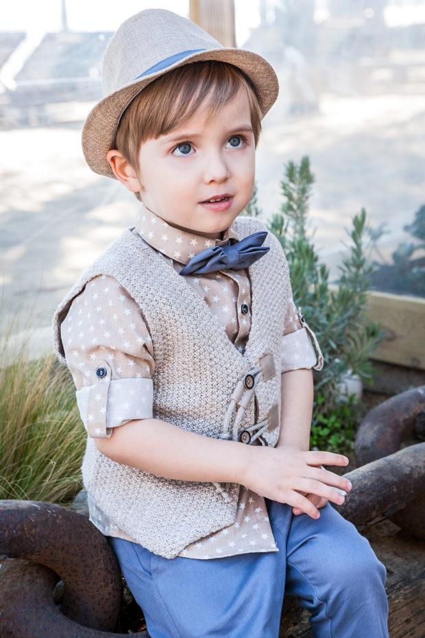Bambolino βαπτιστικό σετ για αγόρι με λινό παντελόνι, πουκάμισο με αστεράκια και πλεκτό μπεζ γιλεκάκι