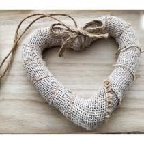 Χειροποίητη βαπτιστική μπομπονιέρα κρεμαστό στεφάνι καρδιά, έτοιμο με λινάτσα και φιόγκο  Χειροποίητη βαφτιστική μπουμπουνιέρα κρεμαστό στεφάνι καρδιά, έτοιμο με λινάτσα και φιόγκο. Διαστάσεις: Ύψος 12 cm x Μήκος 14 cm