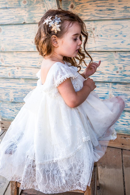 Bambolino βαφτιστικό ρομαντικό φόρεμα εκρου από δαντέλα και μουσελίνα. Συνδυάζεται με κορδέλα για τα μαλλιά