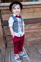 Bambolino βαπτιστικό σετ για αγόρι σε χρώμα μπλε και κόκκινο  Σετ για αγόρι σε χρώμα μπλε και κόκκινο. Το σετ περιλαμβάνει γιλέκο σε μπλε χρώμα διακοσμημένο με κουμπάκια κόκκινα . Βαμβακερό πουκάμισο εμπριμέ και κόκκινο παντελόνι. Το σετ συνδυάζεται με ψαθάκι, ζώνη και παπιγιόν.