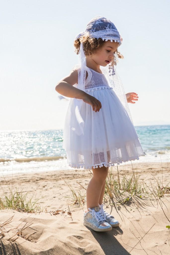 Bambolino βαπτιστικό φόρεμα από τούλι λευκό διακοσμημένο με κορδέλα από πον πον.  Βαφτιστικό φόρεμα από τούλι λευκό διακοσμημένο με κορδέλα από πον πον. Το φόρεμα διατίθεται με μπαντάνα για τα μαλλιά