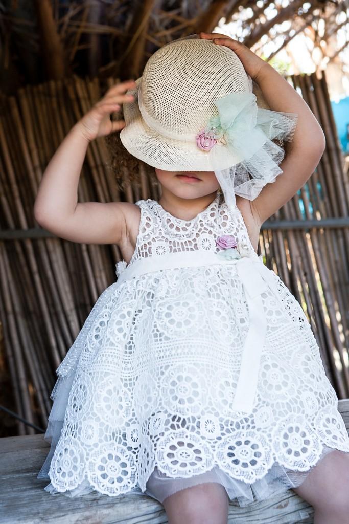 Βαφτιστικό φόρεμα από βαμβακερή δαντέλα εκρου πάνω σε μαλακό τούλι με ουρά και ψάθινο καπελάκι