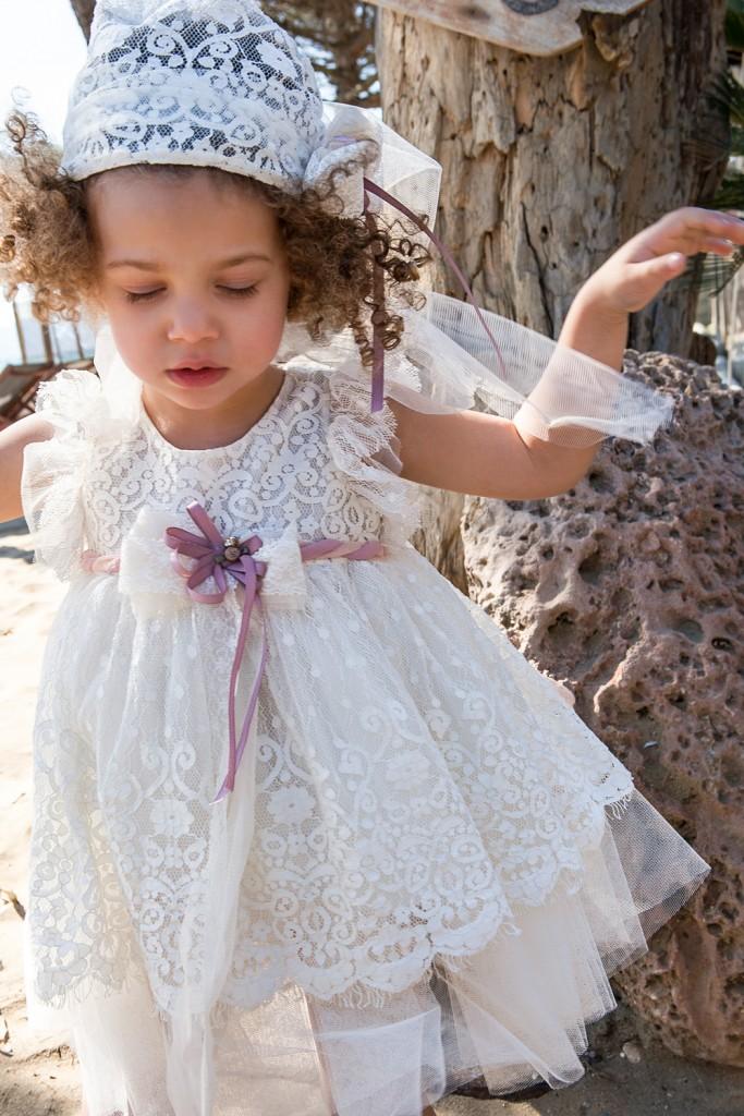 Bambolino βαπτιστικό φόρεμα για κορίτσι από δαντέλα εκρού με ζωνάκι και μπαντάνα.  Βαφτιστικό φόρεμα από δαντέλα εκρου πάνω σε μαλακό τούλι, με ζωνάκι σε χρώμα σάπιο μήλο. Το φόρεμα  διατίθεται με μπαντάνα για τα μαλλιά.