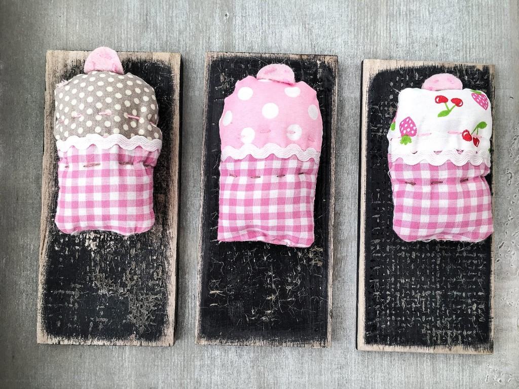Χειροποίητες βαπτιστικές μπομπονιέρες cup cakes πάνω σε ξύλινο πινακάκι