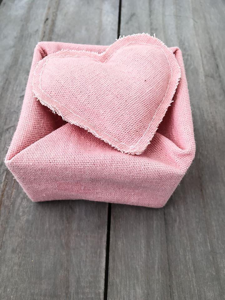 Χειροποίητη υφασμάτινη μπομπονιέρα κουτάκι με καρδιά σε ροζ χρώμα  Χειροποίητη υφασμάτινη μπομπονιέρα για κορίτσι, με σχήμα κουτιού και καπάκι σε σχήμα καρδιάς σε ροζ χρώμα. Στο κατάστημα μας θα βρείτε επίσης μεγάλη συλλογή από βαφτιστικά υψηλής ποιότητας και αισθητικής, λαδοσετ, μαρτυρικά, ευχολόγια, λαμπάδες και ότι άλλο μπορεί να χρειαστείτε για την βάφτιση.