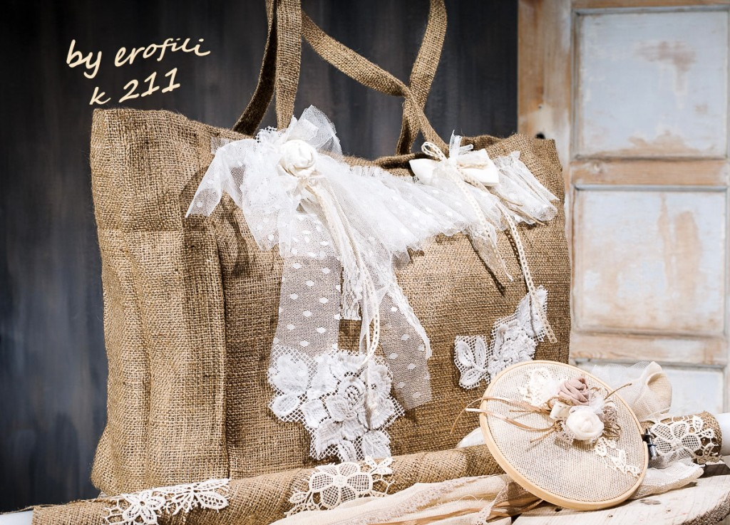 Χειροποίητη βαπτιστική τσάντα για κορίτσι από λινάτσα 211 by erofili.  Τσάντα βάπτισης, κατασκευασμένη από ύφασμα λινάτσας. Διακοσμημένη στο χέρι με δαντέλες, τούλι και χειροποίητα λουλούδια σε vintage ύφος. Συνδυάζεται με την αντίστοιχη λαμπάδα καθώς και με όλα τα αξεσουάρ της βάπτισης.