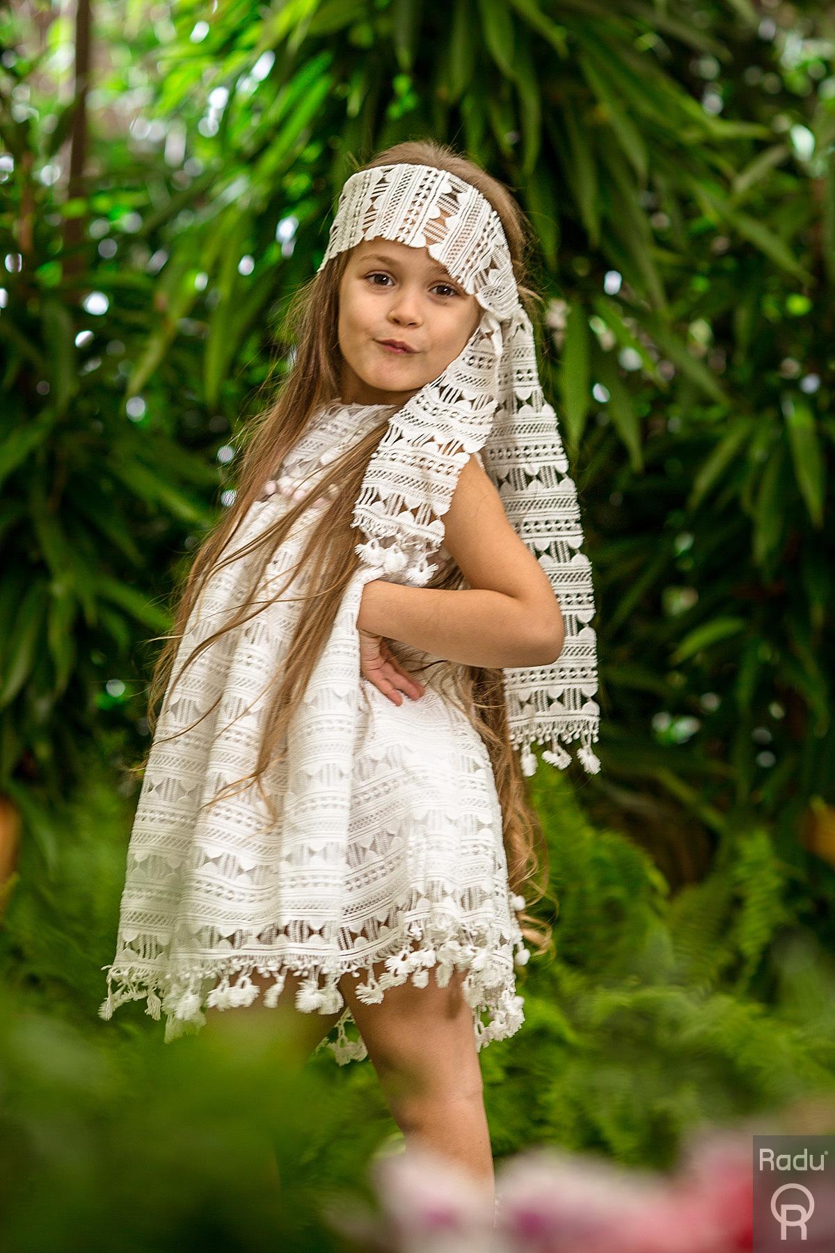 Βαπτιστικό φόρεμα Radu από λευκό broderie anglaise  Βαφτιστικό φόρεμα Radu σε λευκό ύφασμα. Ο τύπος του υφάσματος ονομάζεται broderie anglaise που είναι γνωστό και ως κοφτό ύφασμα. Συνδυάζεται απόλυτα με το ασσορτί του μαντώ ή μπολερό και με αρχαιοελληνικά σανδάλια δερμάτινα σε ασημί, ροζ χρυσό ή χρυσό.