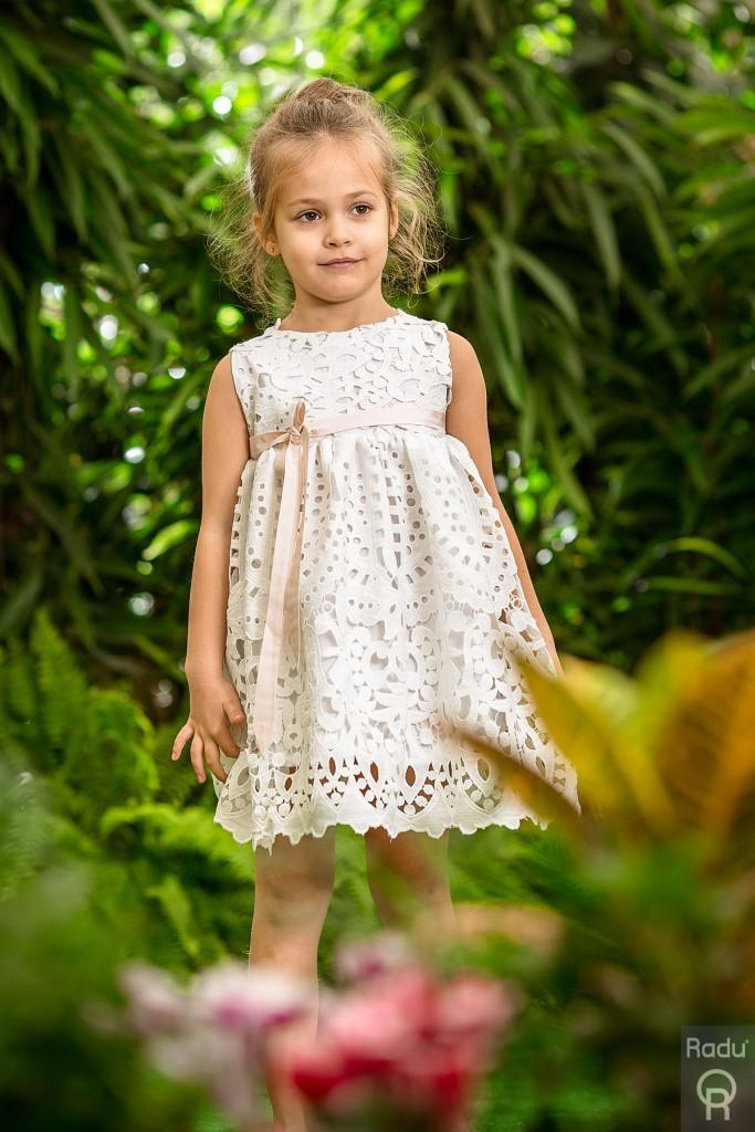 Βαφτιστικό φόρεμα ελληνικής ραφής και σχεδίασης από εξαιρετικής ποιότητας ύφασμα broderie anglaise αποκλειστικά από την εταιρεία Radu. Συνδυάζεται ιδανικά με δερμάτινα αρχαιοελληνικά πέδιλα σε ασημί, ροζ χρυσό η χρυσό.