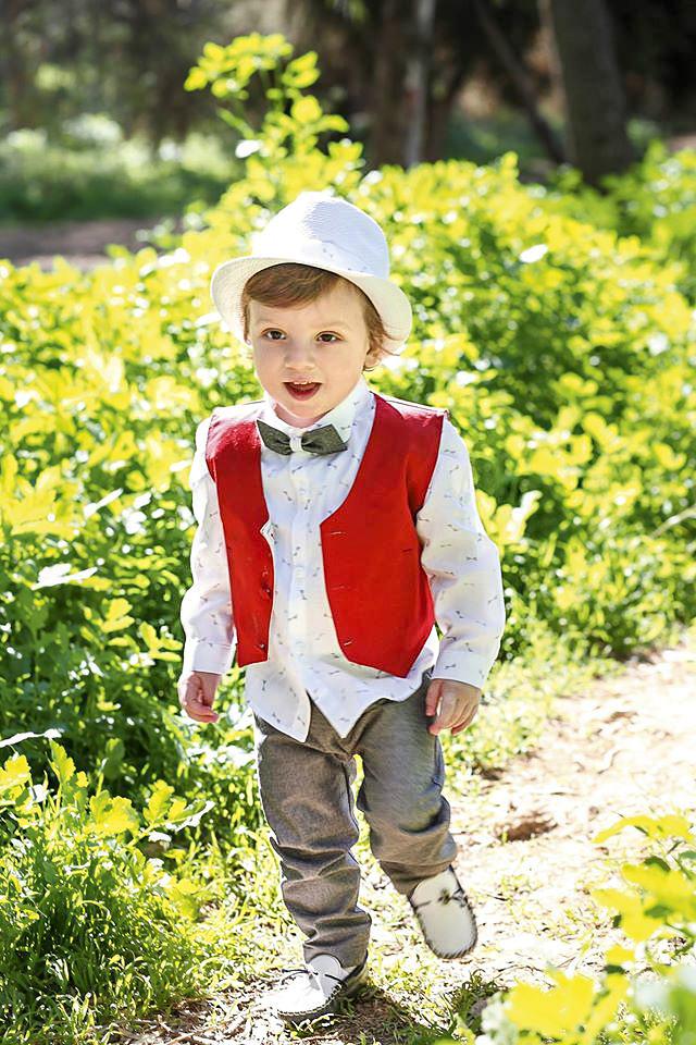 Βαπτιστικό σετ New Life για αγοράκι που αποτελείται από γκρι βαμβακερό παντελόνι, με εμπριμέ λευκό πουκάμισο με μικρό παπιγιον και κόκκινο γιλέκο. Το σετ συνδυάζεται με τιράντες και ψαθάκι.