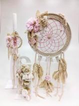 Χειροποίητο ξύλινο κουτί βάπτισης ονειροπαγίδα με αποθηκευτικό χώρο  στολισμένο με εκρου κορδόνι, χειροποίητα υφασμάτινα λουλούδια πέρλες, strass και ζωγραφισμένo στο χέρι, συνδυάζεται με την αντίστοιχη λαμπάδα στολισμένη με μικρή ονειροπαγίδα με τα ίδια χρώματα και τα ίδια υφάσματα του κουτιού και με το ανάλογο λαδοσετ.