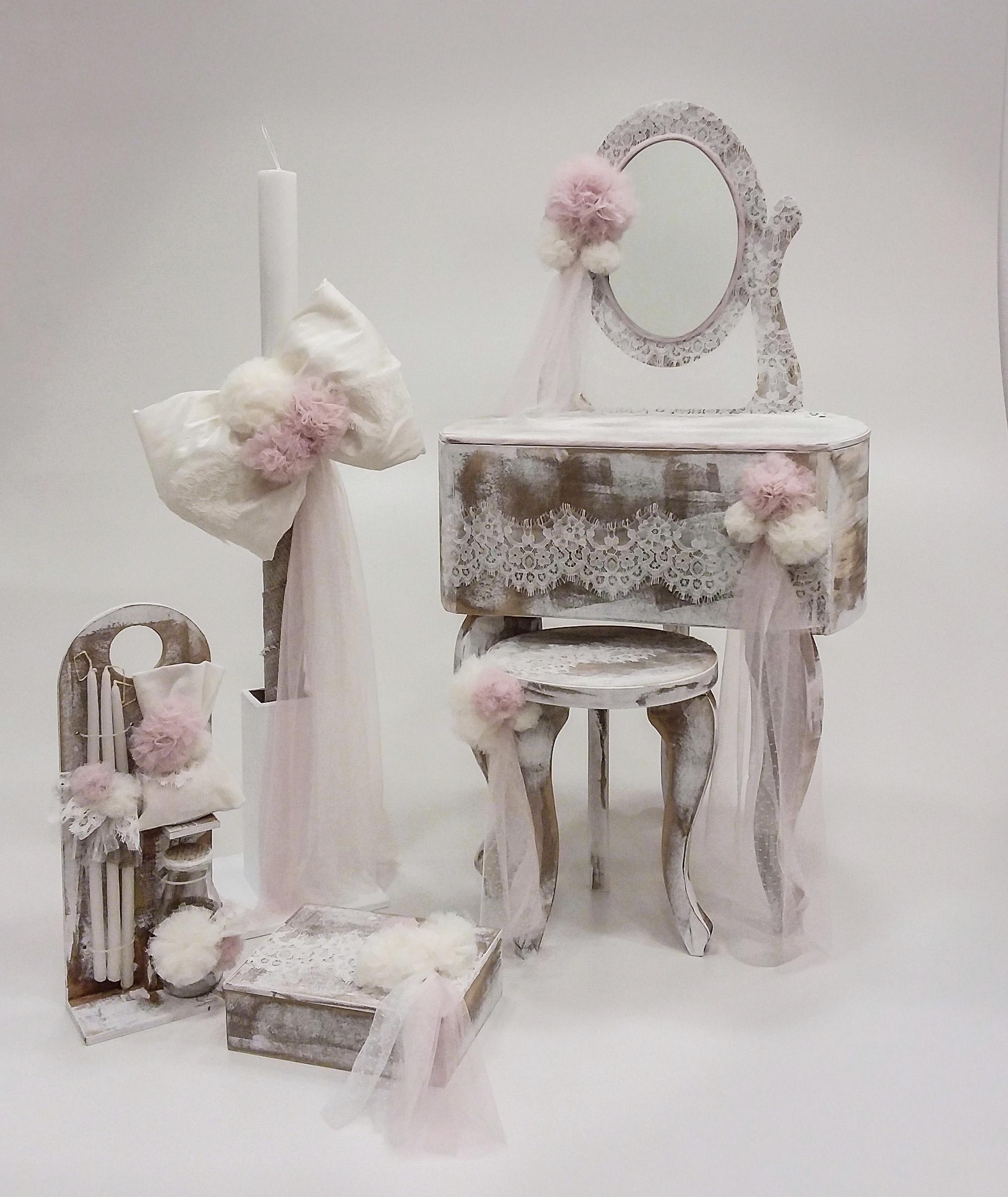 """Βαπτιστικό κουτί για κορίτσι """"pom pom boudoir"""" by Elena Manakou  Χειροποίητο ξύλινο κουτί βάπτισης μπουντουάρ ζωγραφισμένο στο χέρι και διακοσμημένο με δαντέλες και τούλινα πομ-πομ συνδυάζεται με μικρο σκαμπό τη λαμπάδα και τα αξεσουάρ της βάπτισης."""