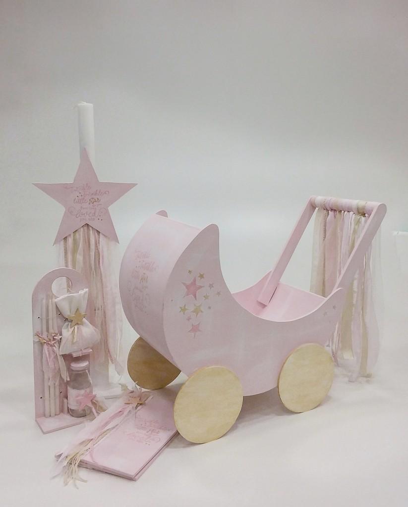 """Βαπτιστικό κουτί καροτσάκι για κορίτσι """"twinkle twinkle little star"""" by Elena Manakou  Πρωτότυπο χειροποίητο ξύλινο κουτί βάπτισης καροτσάκι με θέμα το Αστεράκι ζωγραφισμένο στο χέρι σε παλ ροζ και διακοσμημένο με δαντέλες και κορδέλες , συνδυάζεται με τη λαμπάδα και τα αξεσουάρ βάπτισης λαδοσετ λαδόπανα βιβλίο ευχών."""