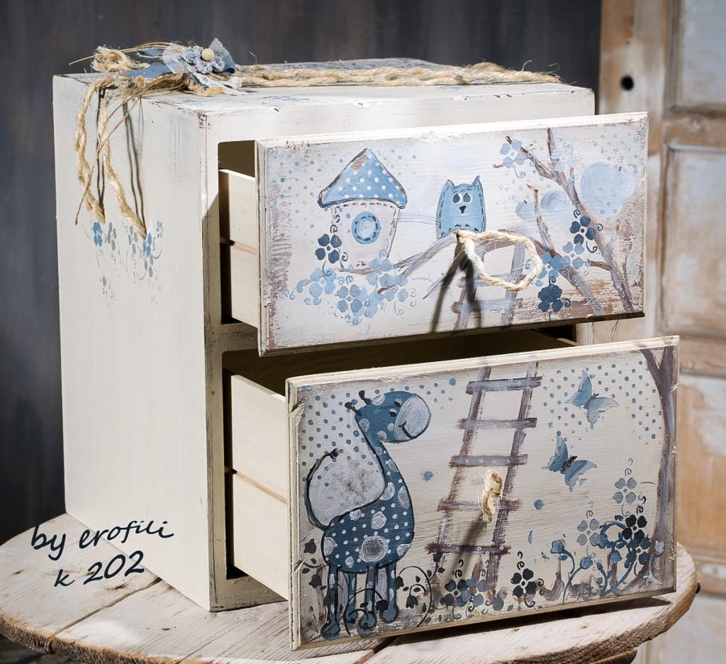"""Χειροποίητο βαφτιστικό κουτί κομοδίνο για κορίτσι 202 by erofili.  Χειροποίητο ξύλινο κουτί βάπτισης κομοδίνο, αποτελείται από δυο """"συρτάρια"""" για αποθηκευτικό χώρο. Σχεδιασμένο και ζωγραφισμένο στο χέρι σε απαλό μπεζ και γαλάζιο χρώμα με θέμα τα ζωάκια (πεταλούδες, κουκουβάγια, κ.α.) και διακοσμημένο με κορδέλες , δαντέλες και χειροποίητα πλεκτά λουλούδια. Ένα βαπτιστικό κουτί που θα συντροφεύσει την βαφτιστήρα σας για πολλά χρόνια στα παιχνίδια της ενώ μπορεί να χρησιμεύσει και σαν αποθηκευτικός χώρος."""