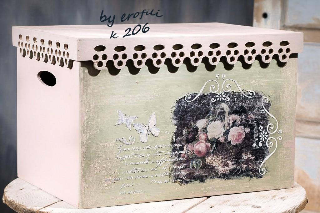 Χειροποίητο ξύλινο βαπτιστικό κουτί για κορίτσι 206 by erofili.  Χειροποίητο ξύλινο κουτί βάπτισης για κορίτσι με αποθηκευτικό χώρο. Ένα βαπτιστικό κουτί που θα πάρει μέρος στα παιχνίδια της βαφτιστήρας σας και αργότερα θα χρησιμεύσει και σαν αποθηκευτικός χώρος. Σχεδιασμένο και ζωγραφισμένο στο χέρι σε vintage ύφος  με ιδιαίτερα χρώματα. Συνδυάζεται με την αντίστοιχη λαμπάδα καθώς και με όλα τα αξεσουάρ της βάπτισης
