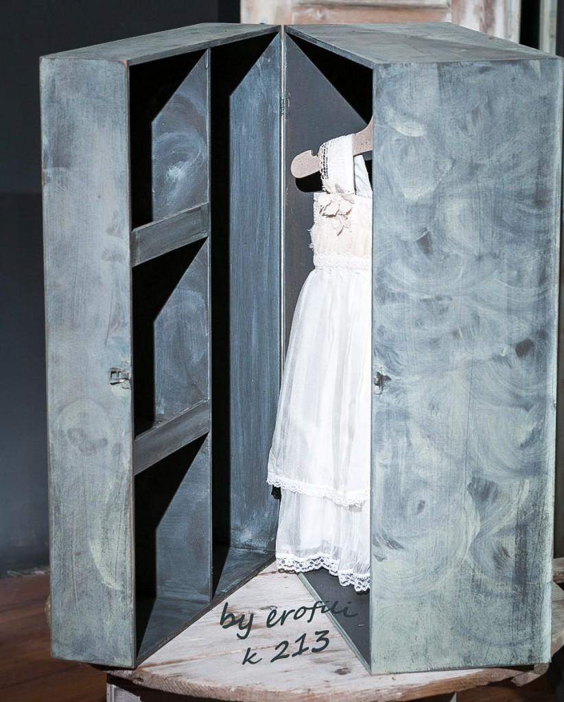 Χειροποίητο κουτί βάπτισης ντουλάπα για κορίτσι 213 by erofili.  Χειροποίητο κουτί βάπτισης ντουλάπα για κορίτσι, με εσωτερικές θήκες για το βαφτιστικό φόρεμα και τα αξεσουάρ της βάπτισης. Ζωγραφισμένο στο χέρι στο πράσινο χρώμα της μέντας και σε απαλό σάπιο μήλο. Συνδυάζεται με την αντίστοιχη λαμπάδα καθώς και με όλα τα αξεσουάρ της βάπτισης.