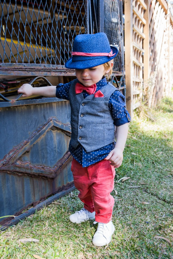 Bambolino βαπτιστικό σετ για αγόρι σε χρώμα μπλε και κόκκινο  Σετ για αγόρι σε χρώμα μπλε και κόκκινο. Το σετ περιλαμβάνει γιλεκο σε μπλε χρώμα διακοσμημένο με κουμπάκια κόκκινα . Βαμβακερό πουκάμισο εμπριμέ και κόκκινο  παντελόνι. Το σετ συνδυάζεται με ψαθάκι, ζώνη και παπιγιόν.