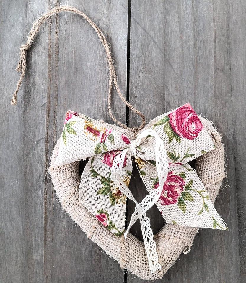 Χειροποίητη βαπτιστική μπομπονιέρα από λινάτσα με floral φιόγκο