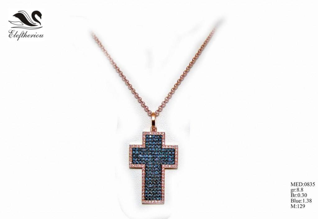 Βαπτιστικός σταυρός για κορίτσι 8,8 γραμμαρίων σε ροζ χρυσό με λευκά μπριγιάν 30 εκατοστών του καρατίου (περιμετρικά τοποθετημένα) και μπλε μπριγιάν 1,38 εκατοστών του καρατίου, ένας σταυρός με μεγάλη προσοχή στη λεπτομέρεια δεσίματος των μπριγιάν.