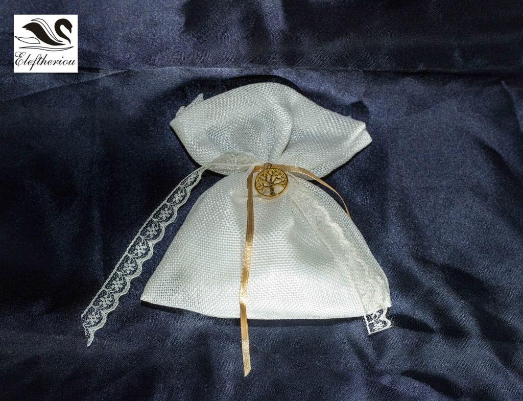 Μπομπονιέρα πουγκί από λινάτσα δεμένη με δαντέλα και χρυσό κορδελάκι 6