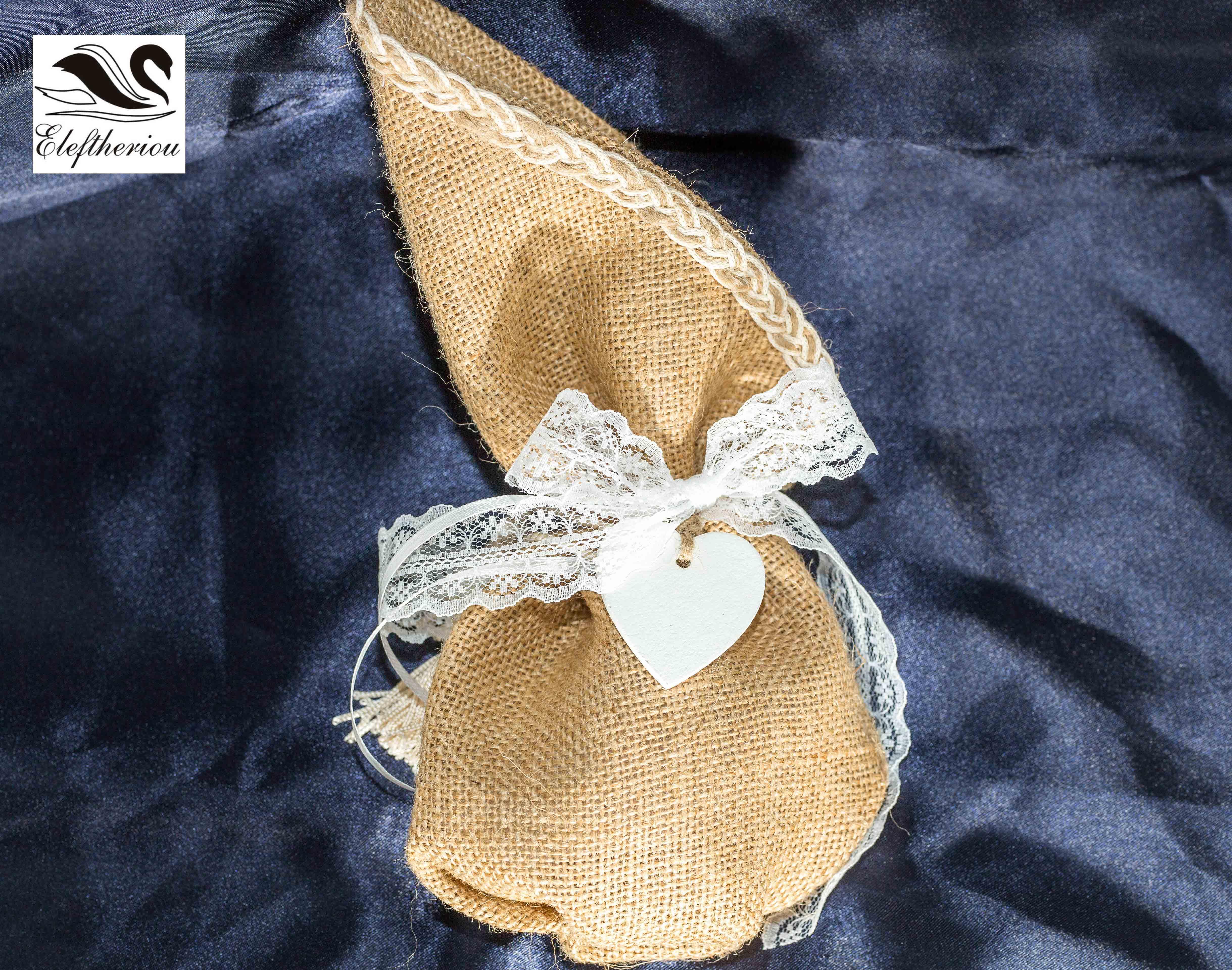 Μπομπονιέρα πουγκί από λινάτσα δεμένη με δαντέλα και διακοσμητική καρδιά 10