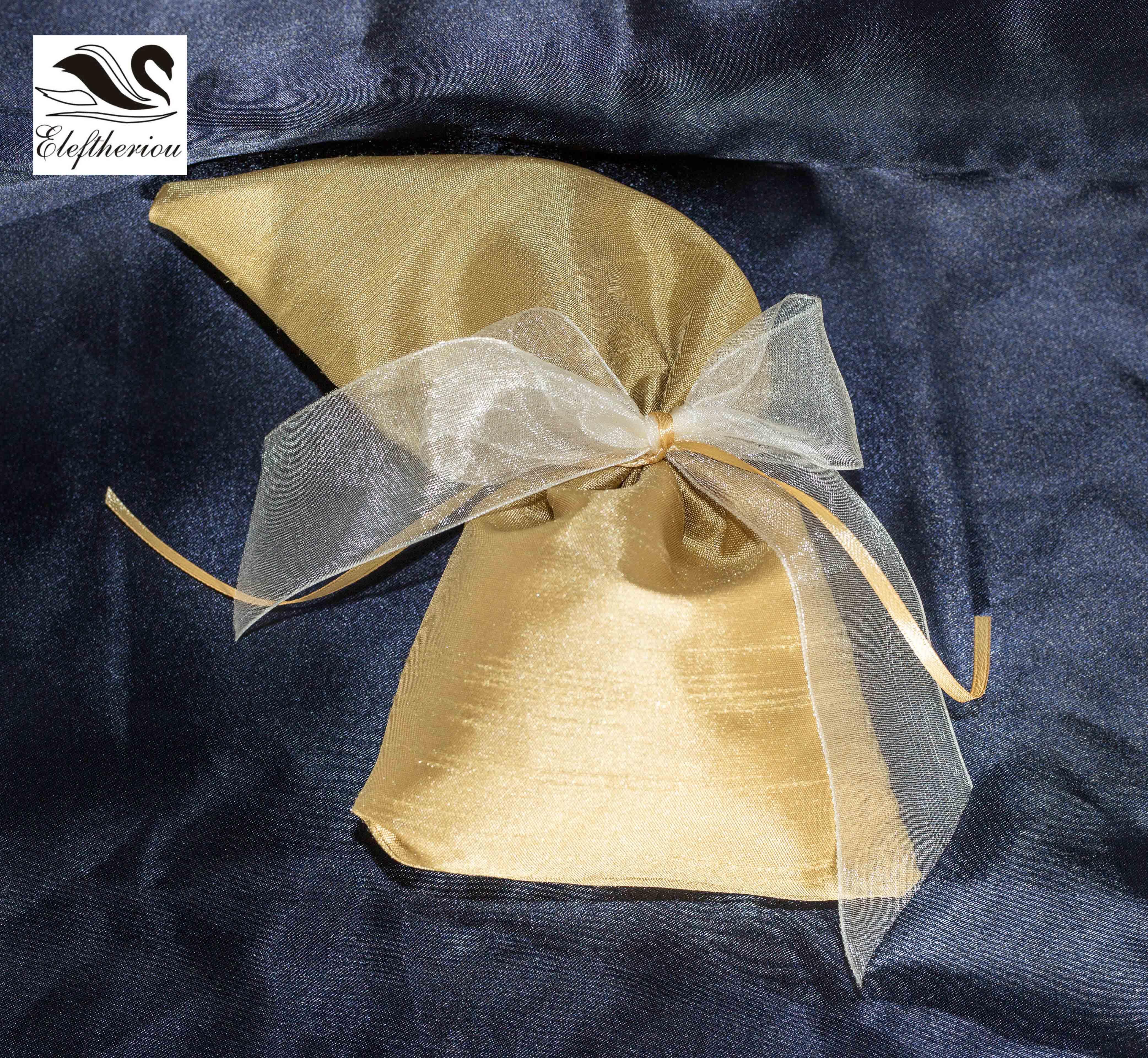 μπομπονιέρα πουγκί από σατέν δεμένη με χρυσό κόμπο και οργάντζα