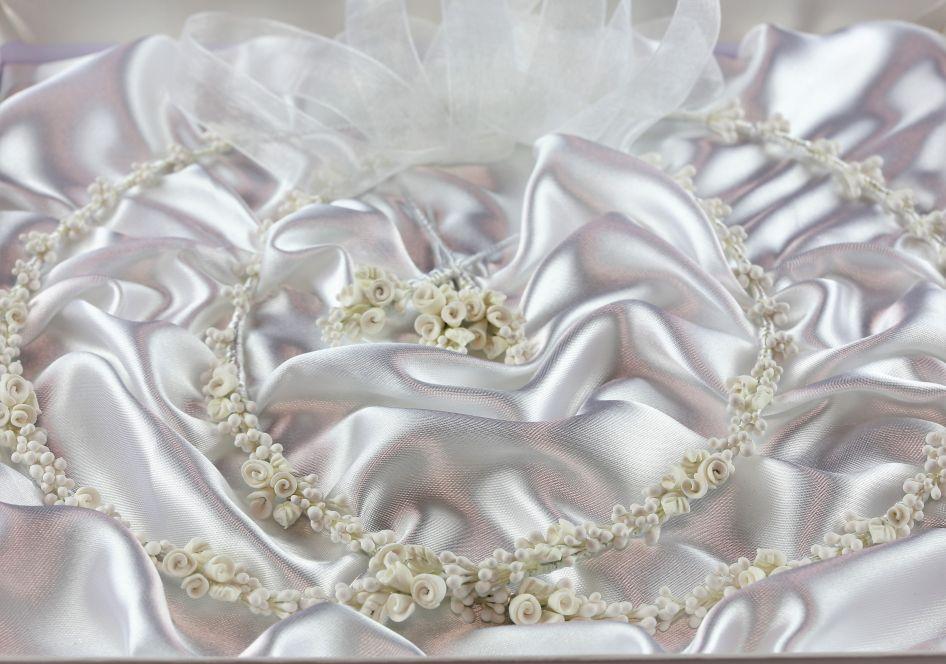 Ρομαντικά Στέφανα Γάμου από πορσελάνινα λουλούδια πέρλες συνδυασμένα με πέτρες Swarovski σε πολυτελή θήκη (120) NESTP 010