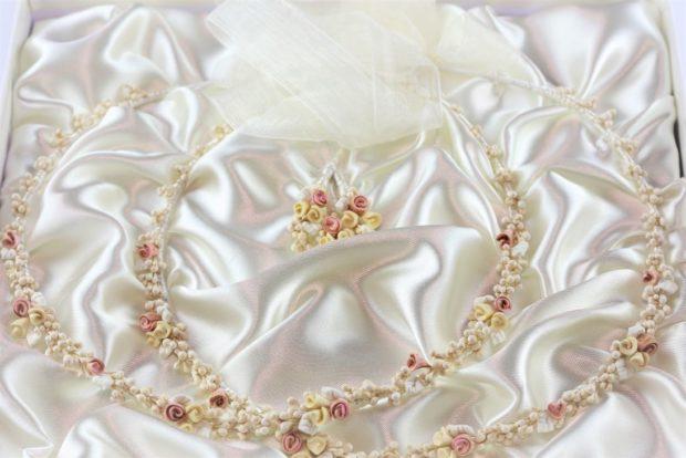 Ρομαντικά Στέφανα Γάμου από πορσελάνινα λουλούδια πέρλες συνδυασμένα με πέτρες Swarovski σε πολυτελή θήκη (120) NESTP 011