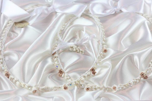 Ρομαντικά Στέφανα Γάμου από πορσελάνινα λουλούδια πέρλες συνδυασμένα με πέτρες Swarovski σε πολυτελή θήκη (80) NESTP 005