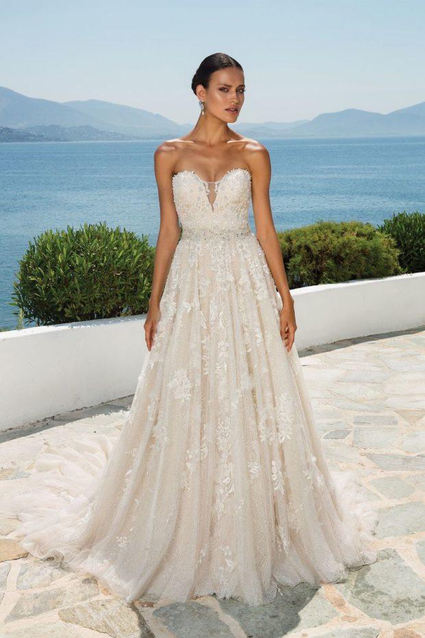 8808ffed4dd2 Φόρεμα από ανάγλυφη δαντέλα με ευμεγέθη λουλούδια και ντεκολτέ ...