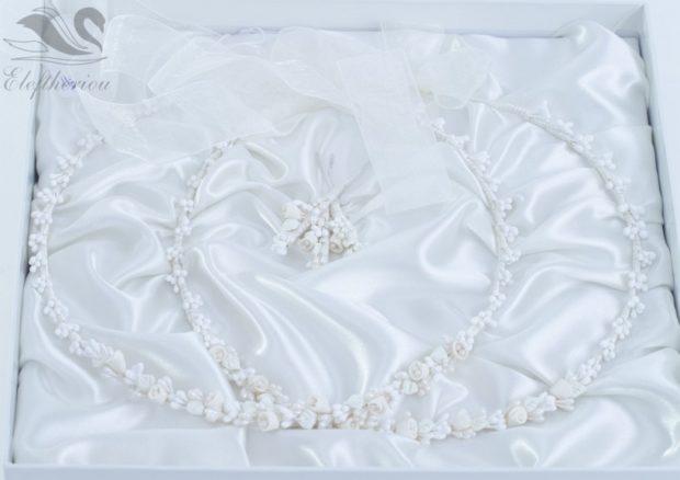 στέφανα γάμου με λευκά λουλούδια