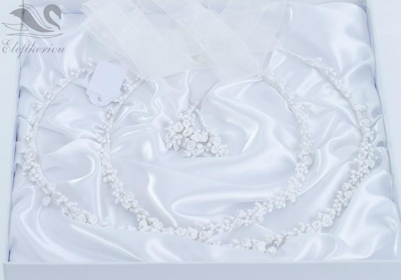 Ρομαντικά στέφανα γάμου από λευκά λουλούδια πορσελάνης, σε πολυτελή θήκη.
