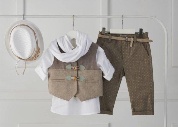 Βαπτιστικό ρούχο για αγόρι καφέ-λευκό με καπέλο φτερό